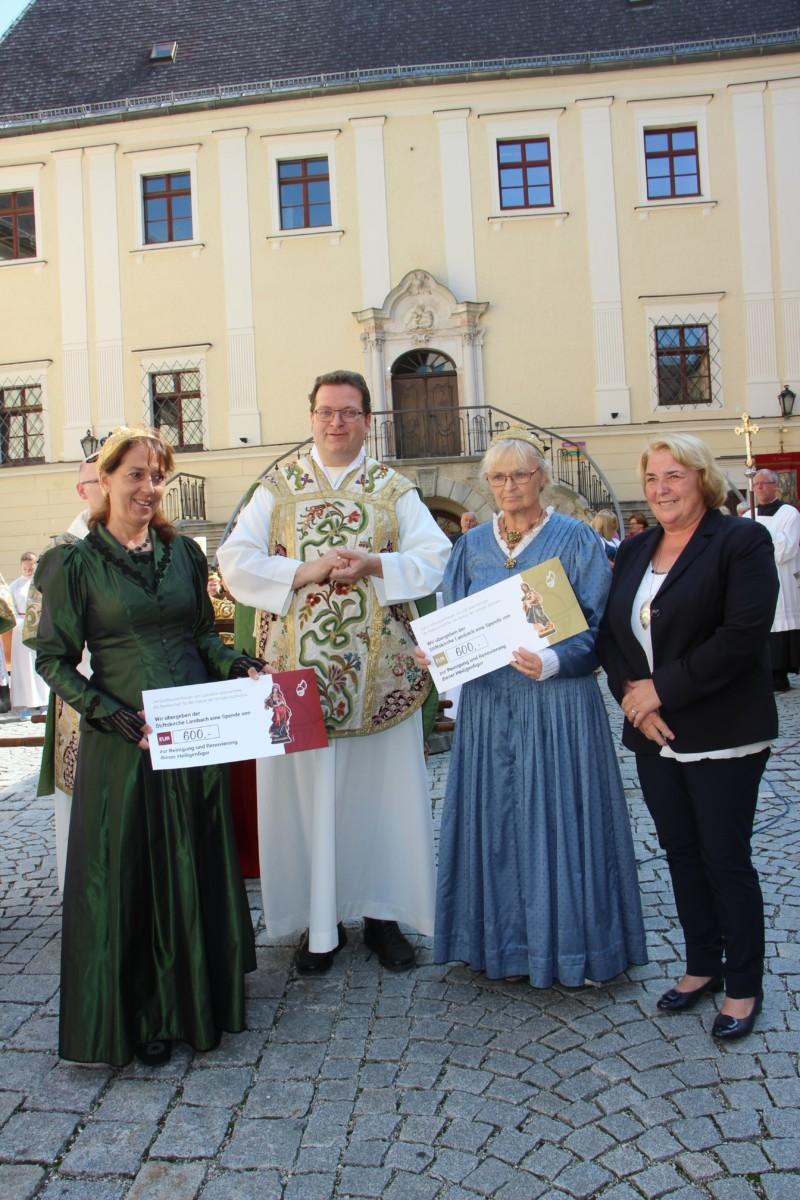 Goldhaubenfrauen spenden Reinerlös vom Kräutermarkt für die Stiftskirche